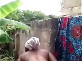 african porn - femme africaine se lave devant sa cam